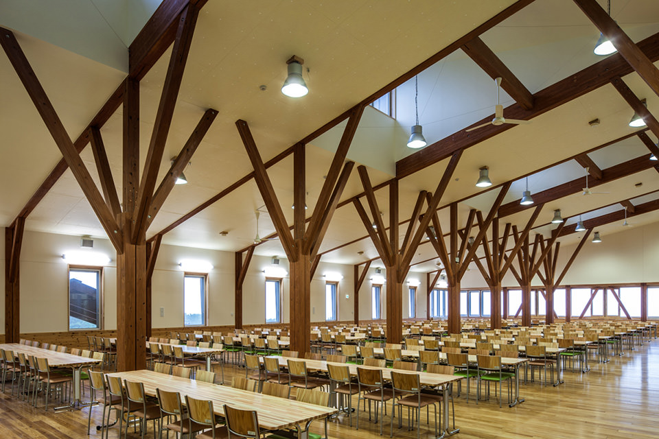 011樹形の架構で支える大食堂