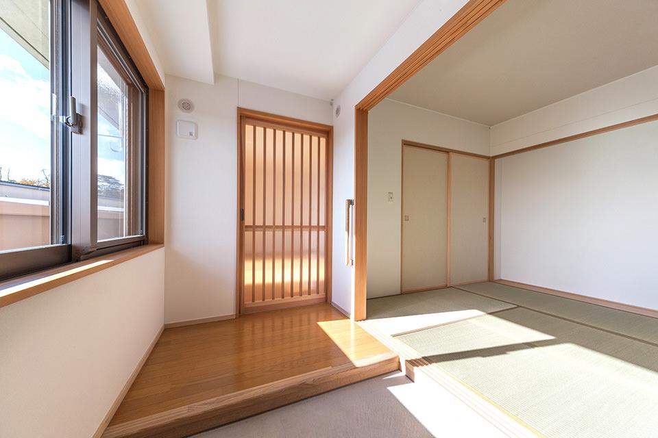 06-広い土間(玄関)とつながる和室