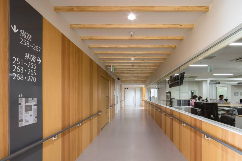 006-木質調の廊下と見通しの良いNS