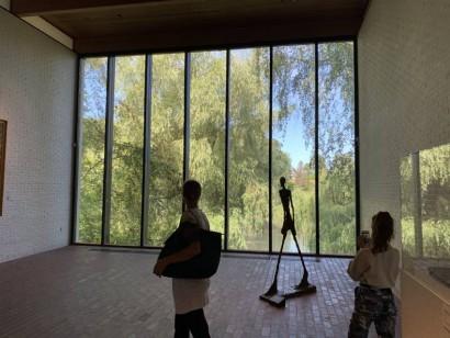外の風景とつながる展示室